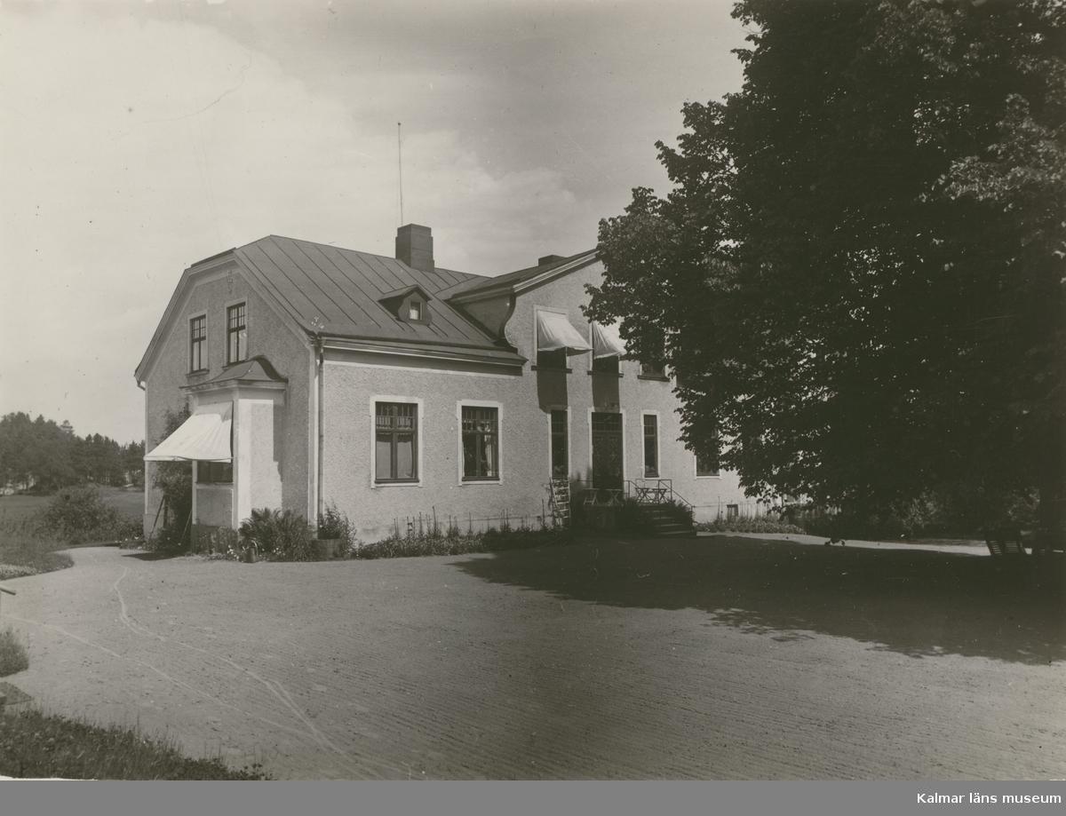 """Staby gård (Hults)"", [Staby gård, Högsby socken]. Fotografi på beige kartong (se :12)."