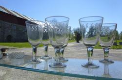 blanke glass med fasettsliping langs kanten; vannglass og vinglass.