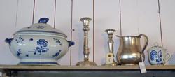 Suppeterrin ti hvitt porselen med blå blomsterdekoar, tinnlysestaker og kanne, tekopp med lokk i hvitt porselen med blå blomsterdekor. (Foto/Photo)