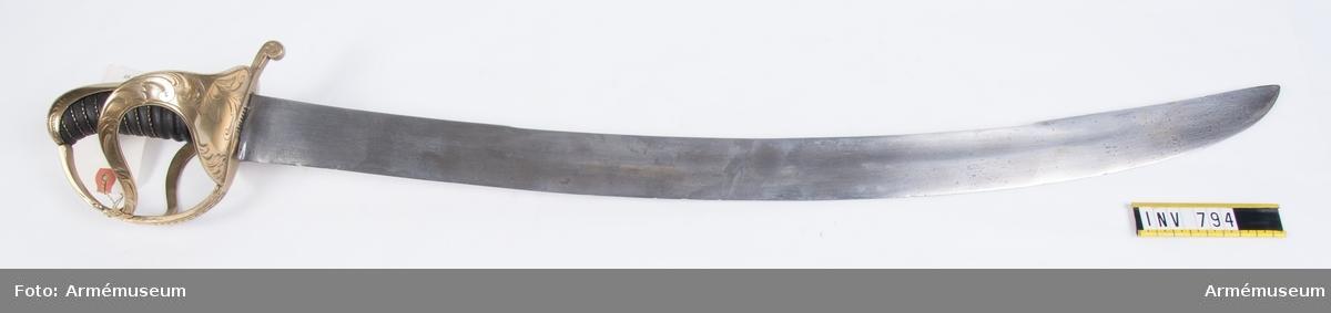 Sannolikt för underofficer vid Savolax lätta infanteriregemente. Klinga och balja lika manskapsmodellen men fästet, som ej är förgyllt, har graverad dekor. Siffran tre på kavelkappan kan betyda att sabeln ingått i prototypserie för fastställande  sabel m/1775.