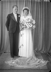 """Portrett. Brudepar. Bestillt av Hr. H. Hagen. adr. """"Kong Har"""