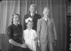 Gruppebilde. Familiegruppe på 4/5. Bestillt av Fru Harald Ha
