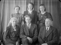 Gruppebilde. Familiegruppe på seks. Tre unge kvinner, en kvi
