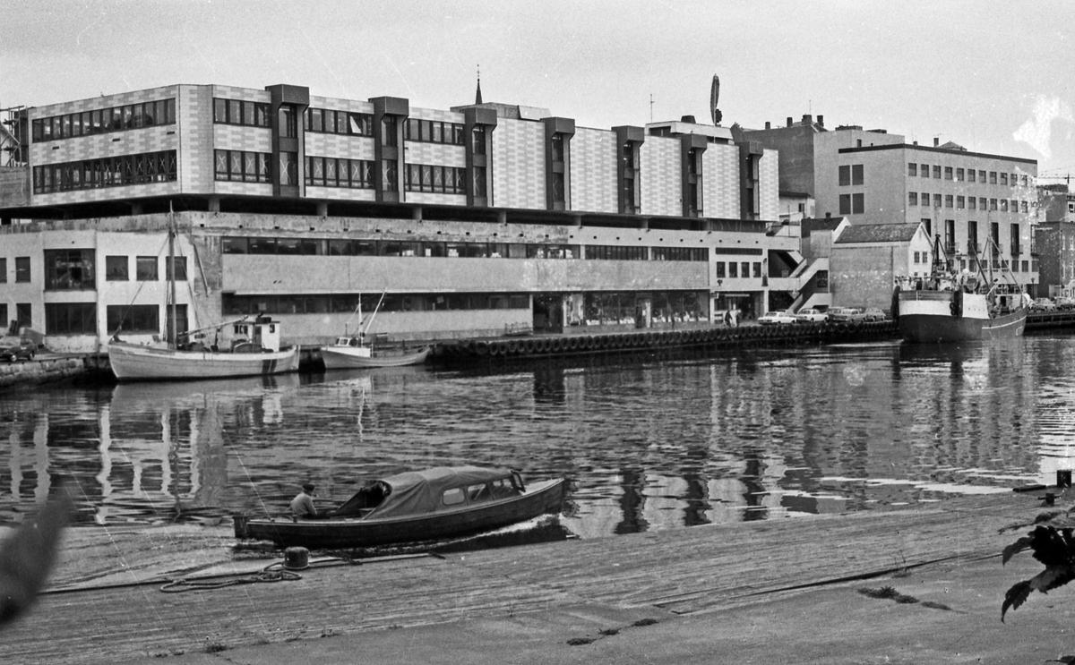 Sjøhuset. Forretningskompleks ved Smedasundet. Fiskebåter ligger ved kai.