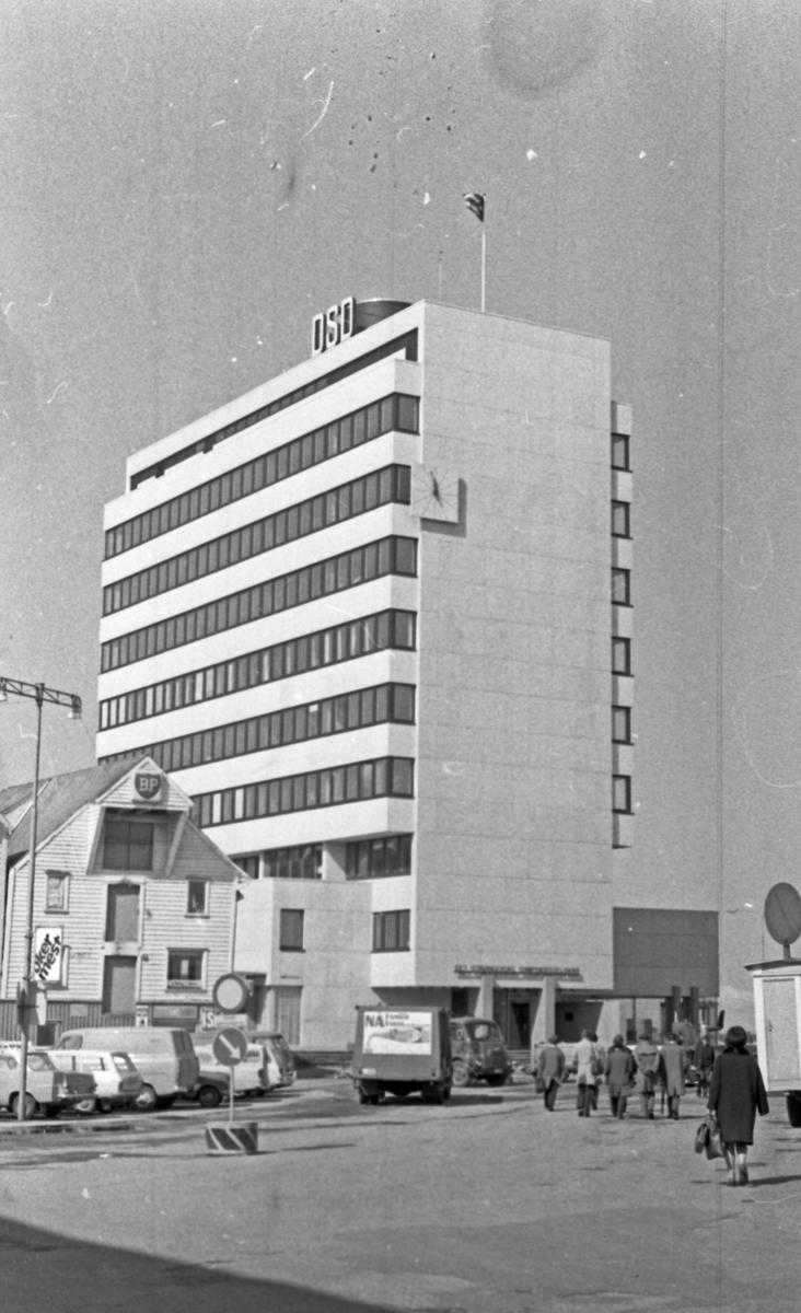"""Westamaranen """"Tryving"""". DSD-bygningen. Interiør- og eksteriørbilder. Styremedlemmer på taket og ser på utsikten."""