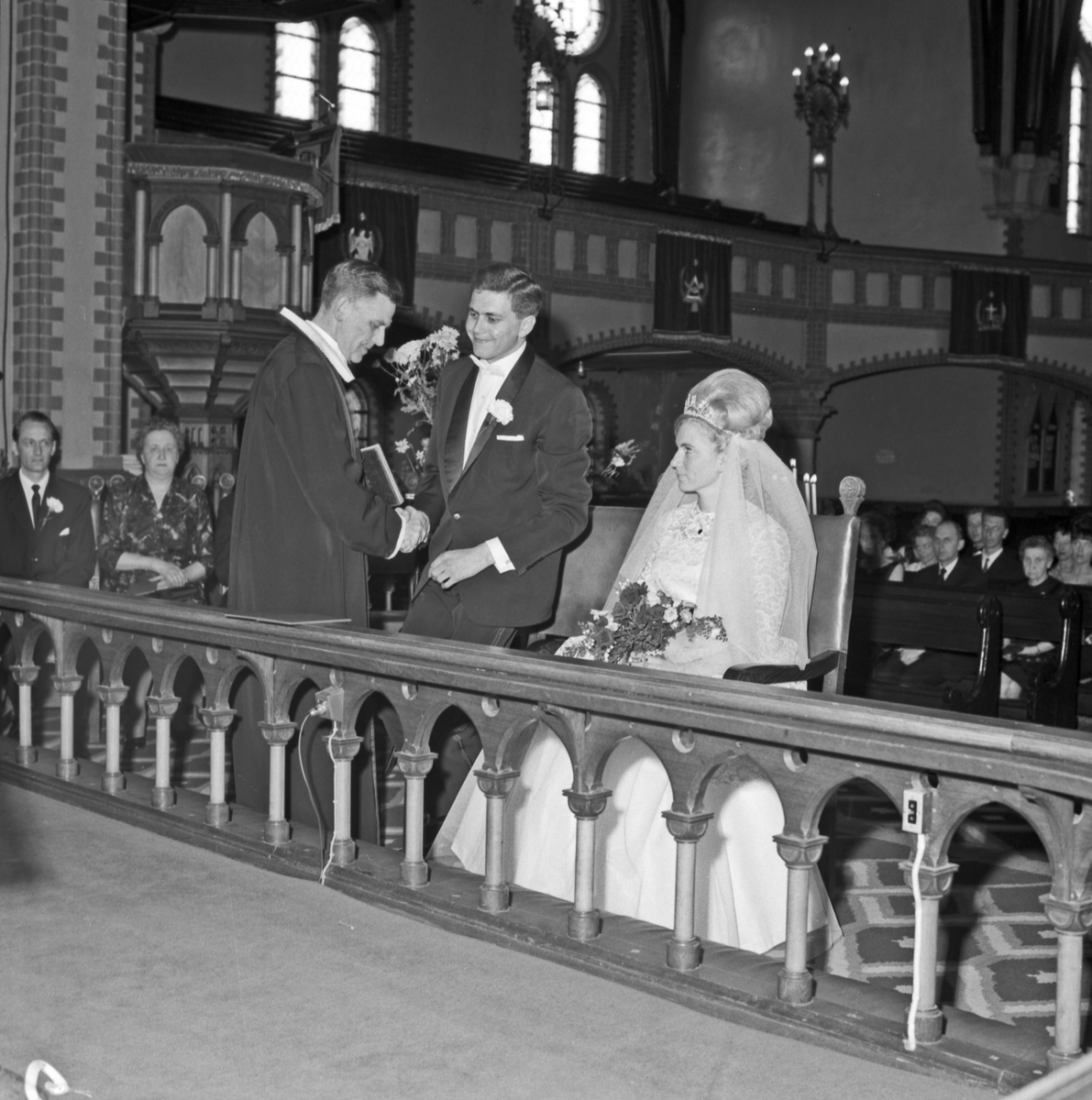 Bryllup. På vei inn i kirken, under vielsen og på trappen etterpå - bestiller Jan Syvertsen