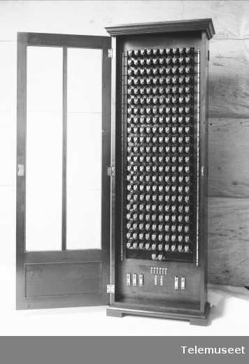 Releskap sett forfra, åpent, Trondheim, 16.3.12. Elektrisk Bureau.