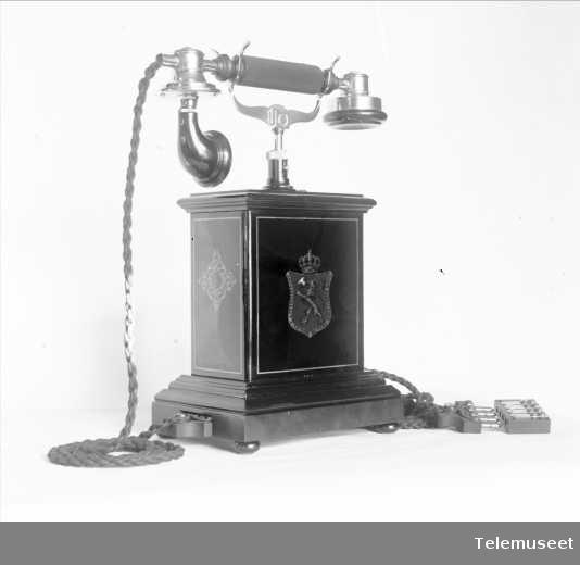 Telefon, magneto bordapparat i tre og stål, klokke 400 ohm, høy gaffel og ny mtlf.. 8.3.13. Elektrisk Bureau.