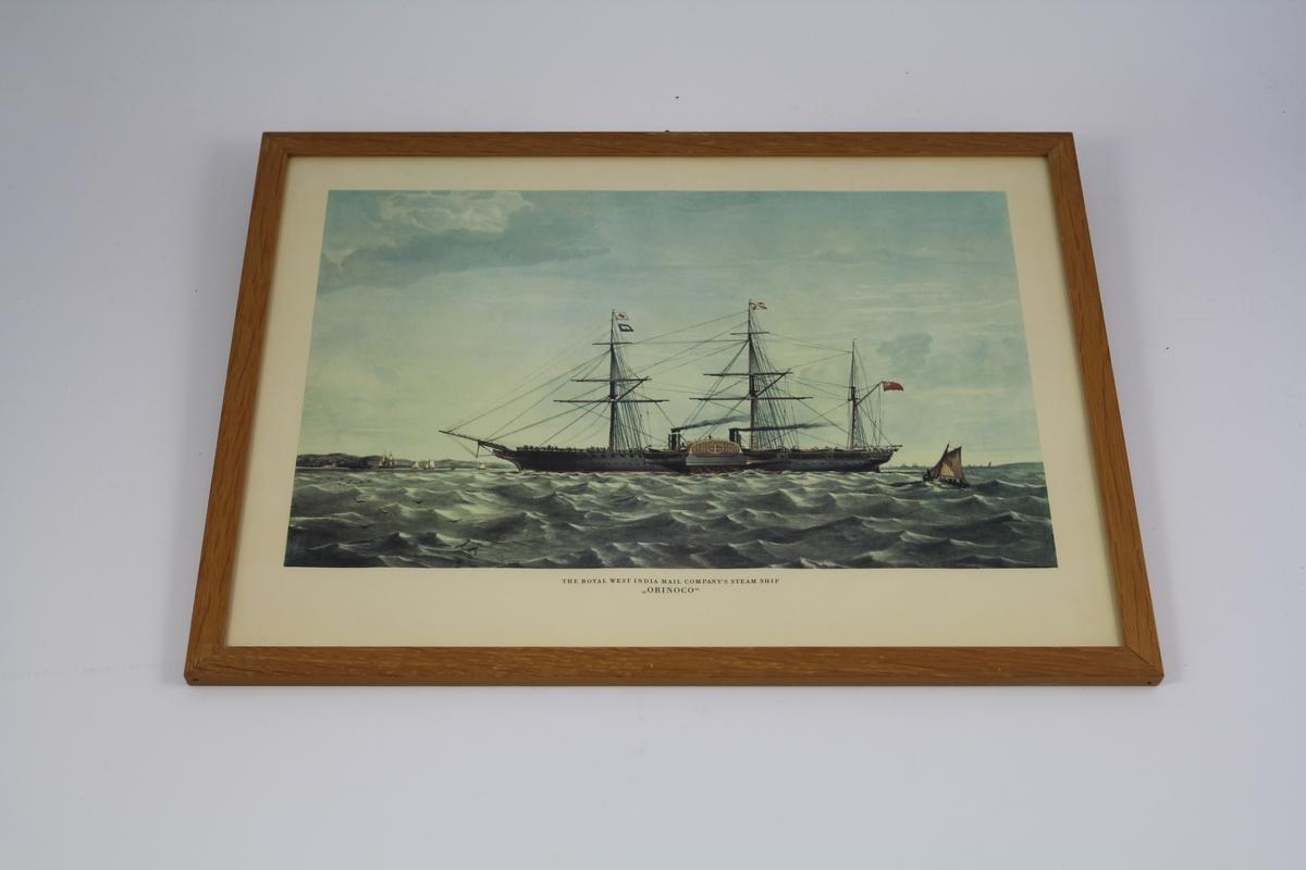 3-mastet seilskip med dampmaskin og skovlhjul i sjø,seilskip og land i bakgr. og land.