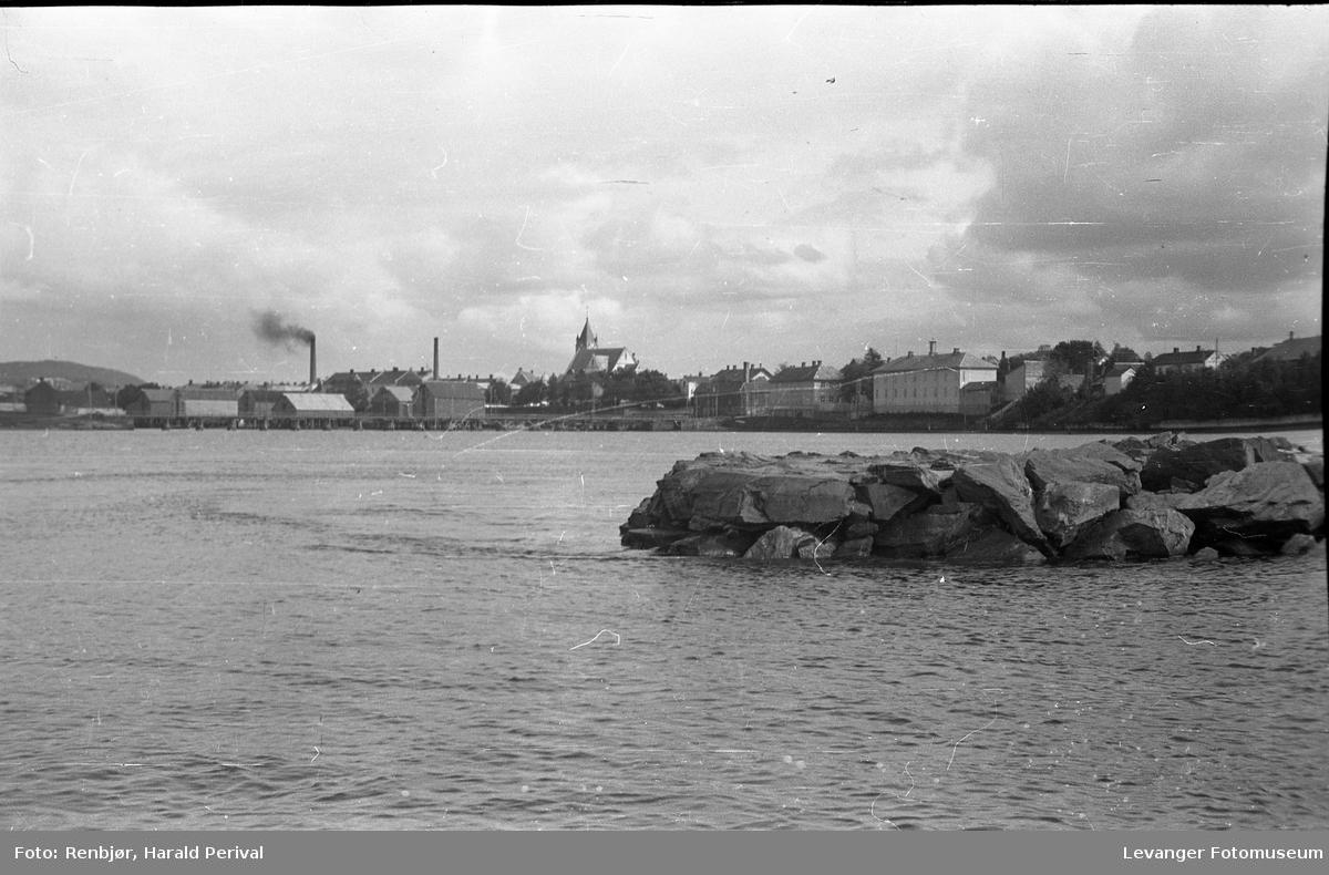 Båttur i Levangersundet, utsikt mot sentrum, ved moloen.