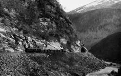Østgående tog ved Stokkviknakken