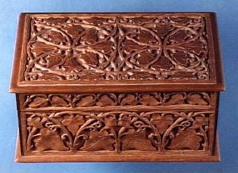 Skrin med rik utsmyckning av skurna växtornament mot botten av annat träslag, väl bibehållet, ägaren Karin Walter f. 1881-08-02, d. 1962-01-02   Neg.nr: 1986-0010 Sakord: SKRIN Tillverkningstid: 1850 - 1900 Material: körsbär päron ek mässing järn Teknik: sinkat limmat skuret betsat skruvat Mått: L=200 B=135 H=95 Vikt: