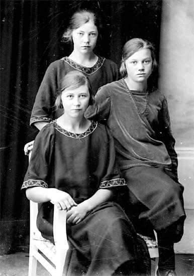 1707623b77fd Familjen Eriksson, Öja Sörgården 1920-talet. Gunborg, Hanna och Berta.