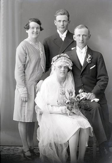 Bildtext: Brudparet Enok Andersson, Karlsgården, Vångaby. 27 april 1930.