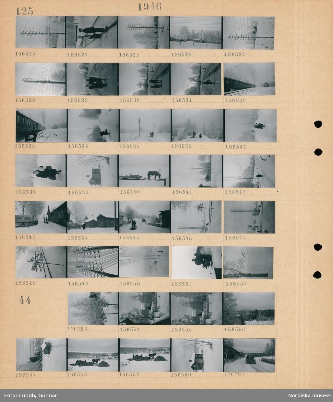 Motiv: (ingen anteckning) ; En telefonstolpe med nedisade telefonledningar, en flicka och en pojke står på ett järnvägsspår, två kvinnor på en järnvägsperrong, ett tåg, en kvinna går på en väg i ett snötäckt landskap, en man kör en hästdragen släde, en häst med en släde lastad med mjölkkannor, exteriör av hus, landkskapsvy med hus - en hästdragen släde och en lastbil, en järnvägsövergång, ett ånglok.  Motiv: (ingen anteckning) ; Snötäckt landskap med skog, landskapsvy med hus, två personer arbetar vid en hästdragen släde, exteriör av hus, en plogbil plogar en väg,