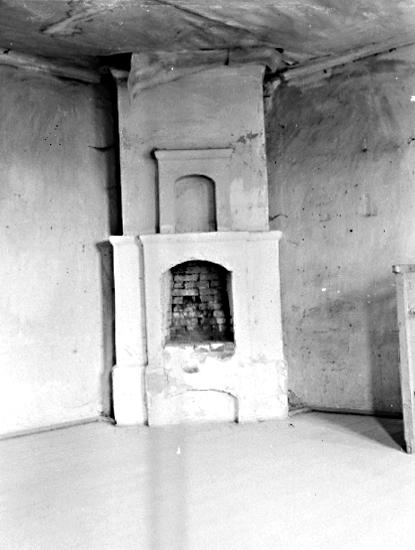 Bildtext: Strö socken. Kållands härad. Västergötland. Lindholmen. Kakelugn i övra våningen i västra flygeln.  Foto: E. Hjortén 1929.  .