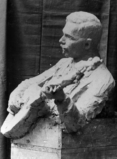 Agnes de Frumeries samling. Danderyd. SA 35. 11. Foton.Efter utbildning vid Konstakademien studerade Agnes de Frumerie för bl.a. Rodin i Paris. Hon utförde främst skulpturer och porträttbyster samt arbetade med möbeldesign och konsthantverk, b la vaser och fat i glasemalj.