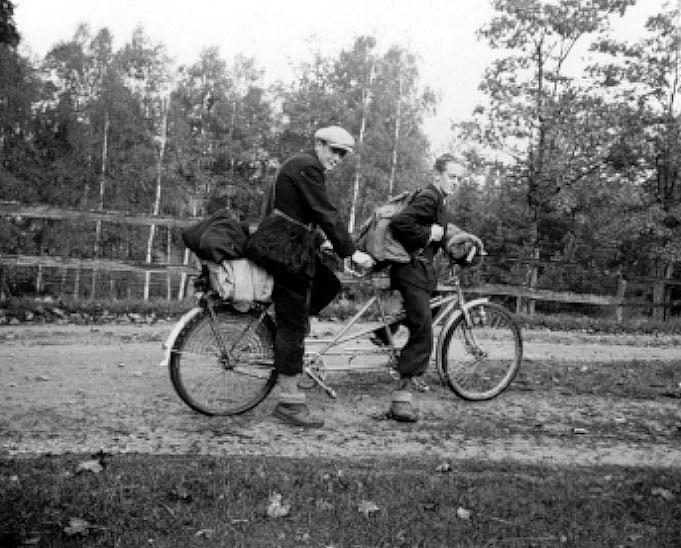 2002-04-22,AS. Thure Elgåsen, f. 26/6-1910. d. 6/9-1985. Tivedenkännare, konsthantverkare,scoutledare och hembygdsföreningsman.I övrigt se personarkiv i Västergötlands museum, Skara.