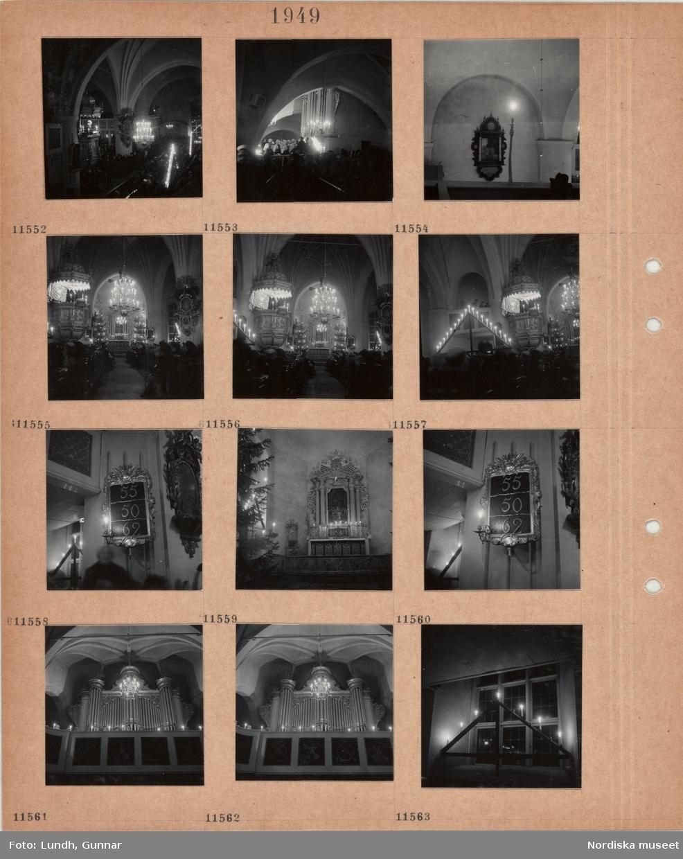 Motiv: Interiör kyrka, präst i predikstol, kör i folkdräkt på orgelläktaren, epitafium i väggnisch, besökare sitter i bänkar, två granar med tänd belysning, ljuskrona, tavla med psalmnummer, altare med tända ljus, altartavla, kyrkorgel på läktare, vinkelljusstake med tända ljus.