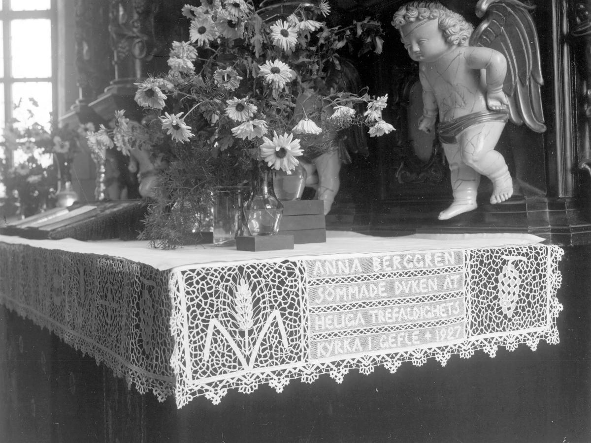 Heliga Trefaldighetskyrkan. Altarduk, sömmad av borgmästarinnan Anna Berggren. Kyrkan är känd för altaruppsatsen och predikstolen, tillverkade av Ewerdt Friis. Han började sitt arbete 1657 och höll på flera år. De var omålade fram till 1746, då de färglades i blått, grått och guld. På 1880-talet tillkom den svarta och guldfärgade påmålning man ser idag. Friis dog 1672 och begravdes inne i kyrkan. Läktarorgeln är byggd 1974 av Grönlunds Orgelbyggeri. Det har tre manualer och pedal och 1000 fria kombinationer. Kororgeln från 1971 är också byggd av Grönlunds.
