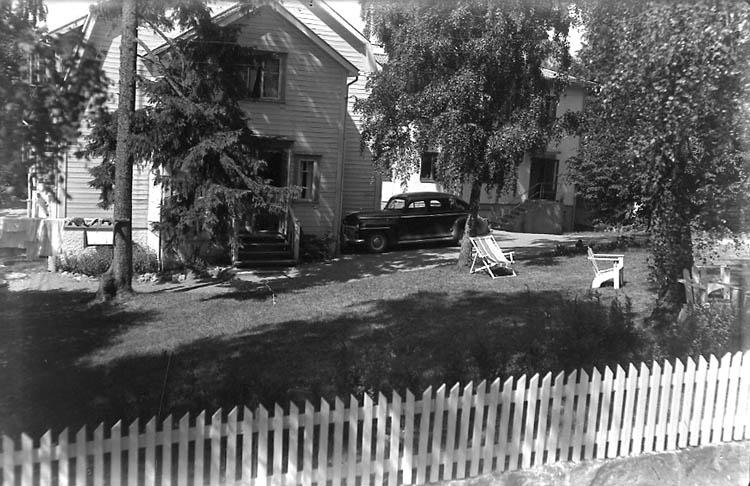 """Enligt Bengt Lundins noteringar: """"Lyckorna. Särla pensionat, med staket och parkering. Foto BL 1740 JMF neg 183""""."""