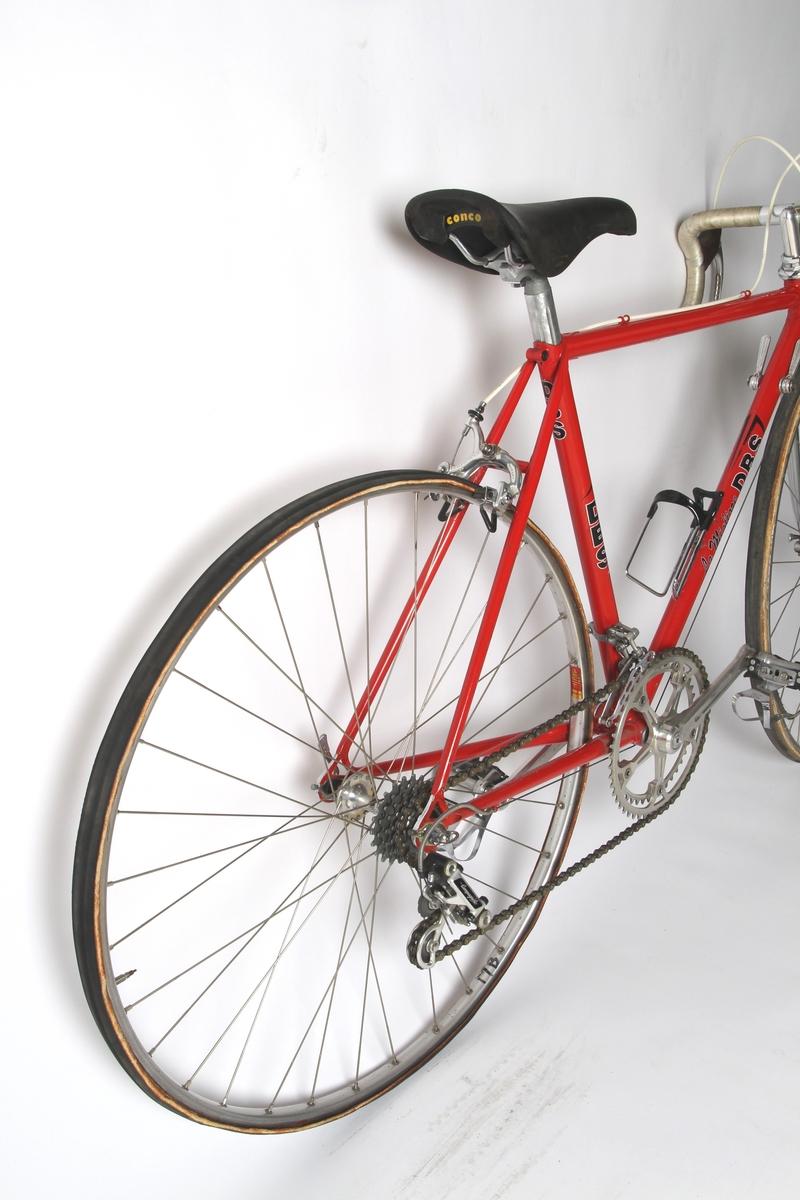Rødlakkert liten racersykkel med full Campagnolo utstyrsgruppe. Italiensk stålramme med Columbus rør.