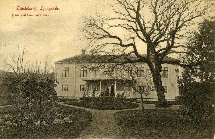 """Enligt Bengt Lundins noteringar: """"Ljungskile. Tjöstelsröd, nedre.Huset byggdes ca1800 av Peter Ekström och övertogs av Govin och Bergills. Från 1913 bodde Mannheimer på gården fram till 80-talet då kommunen tog över""""."""