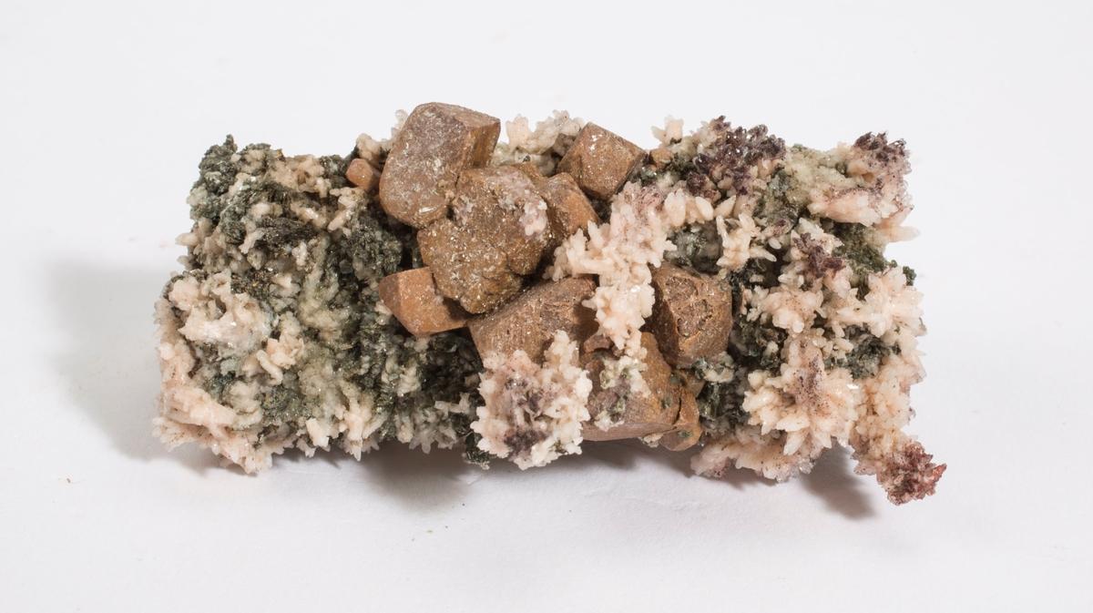 Titanitt pseudomorf etter ilmenitt i flere små krystaller, albitt, kloritt.