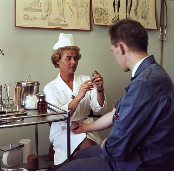 Sykesøster gir en sprøyte til en ansatt hos Jonas Øglænd Sandnes på bedriftslegekontoret