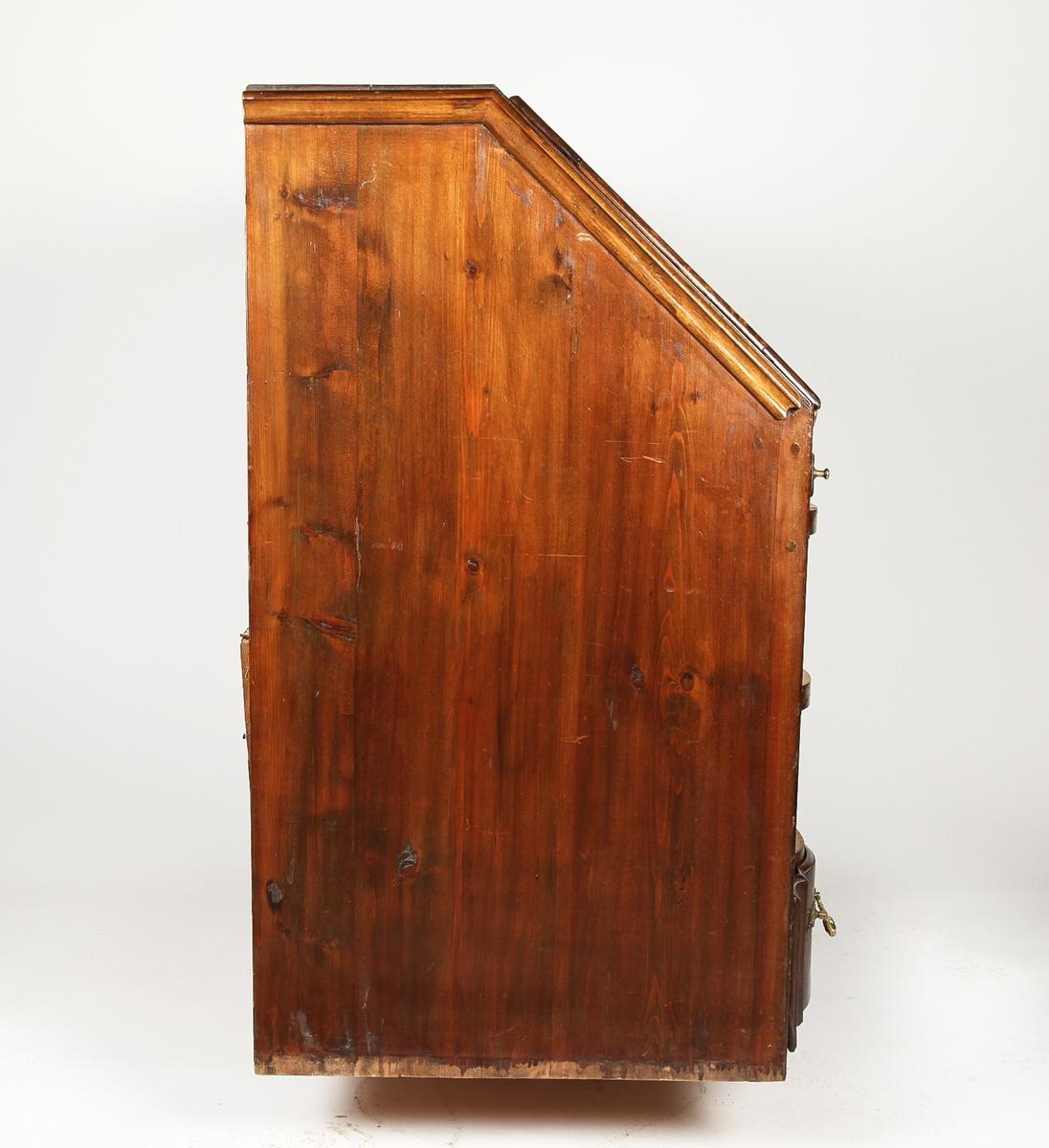 a.Skatoll med tre dype og en smal skuff. Sokkel og lokk med utskjæring/speil. Dype utskjæringer på skuffene. Regency-stil. Tilsynelatende datert til 1674, men sannsynligvis betydelig yngre. Messing håndtak og beslag. b.Sokkel med ben. c-f.Skuffer
