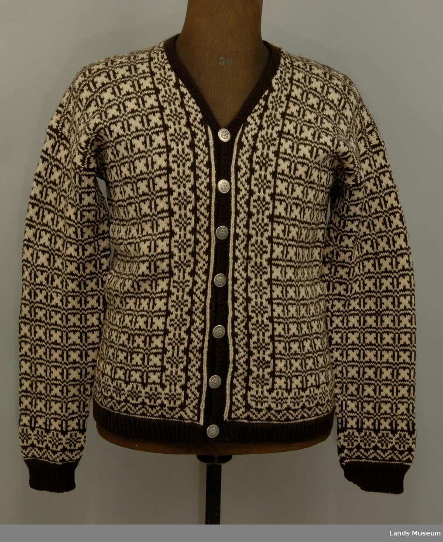Strikket jakke med lange ermer i to farger. 7 metallknapper. Modell Weekend av Triplex.