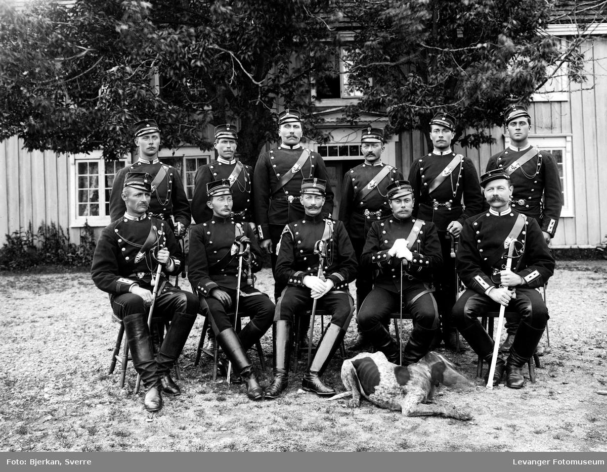 Gruppebilde av militære med hund.