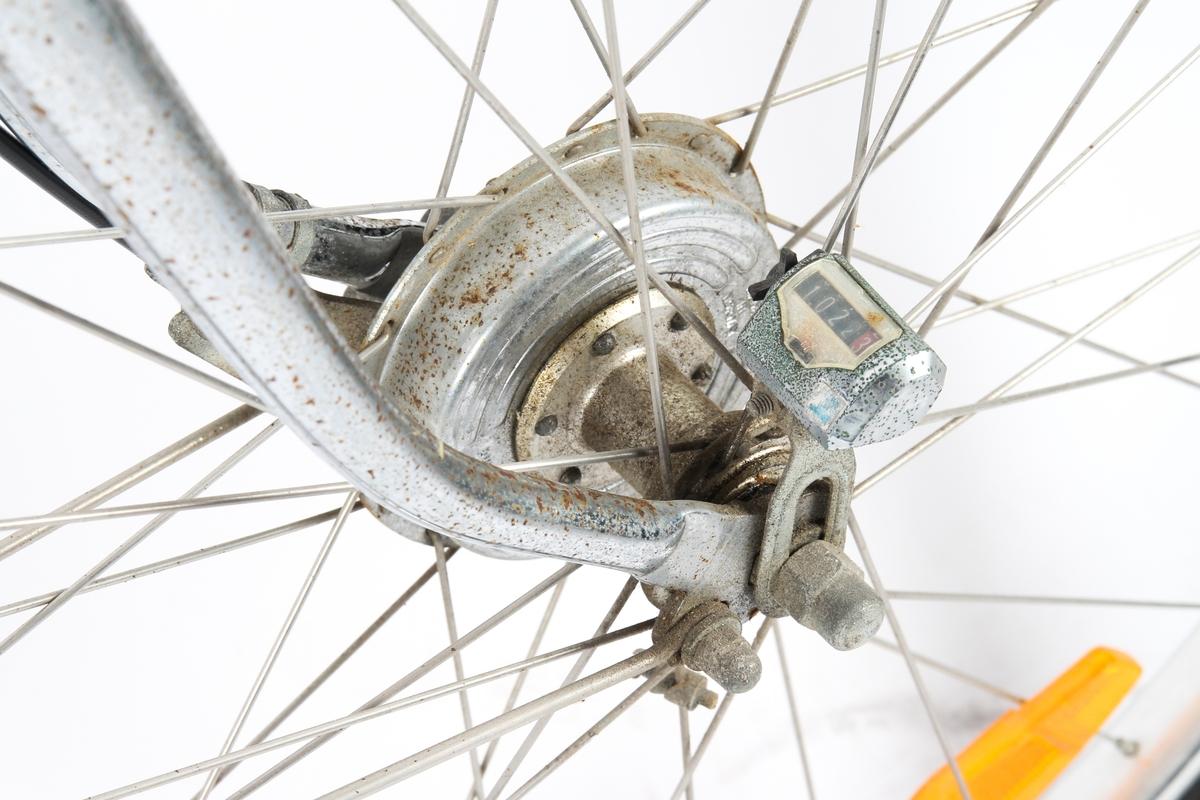 Blålakkert herresykkel med Torpedo trippel gir. Sykkelen har telleapparat ved fornav og avviserpinne bak. Dynamoen er plassert på bakhjul.