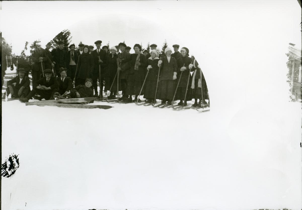 Ungdommer på skitur. Ca. 1912.