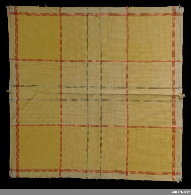 Alle tre er like. Grovt vevet linstoff. gulbrun med ruter i svakt rødt og blått. Hjemmesydde.