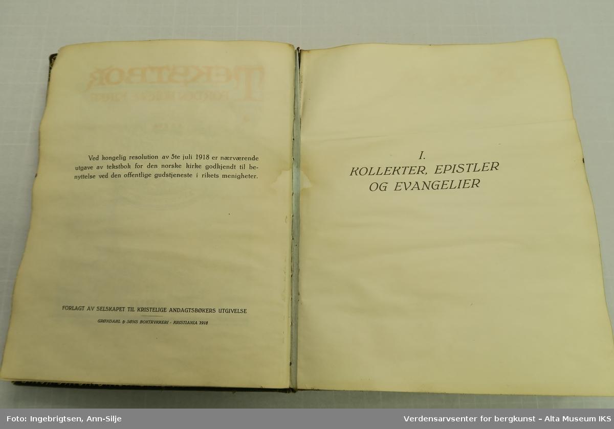 Form: Innbundet i praktbind med gullsnitt. Det er motiver av religiøse symboler på permen og inn i boka.