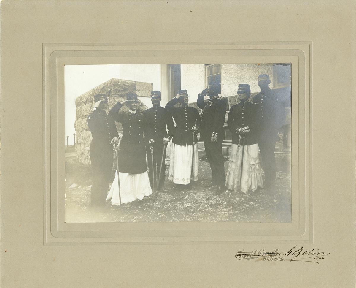 Officerare vid Norra skånska infanteriregementet I 24 med damer i klänningar och uniformsrockar.
