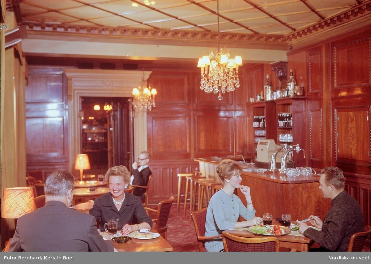 Restaurang Tennstopet, Stockholm. Interiör.  Matgäster vid borden.