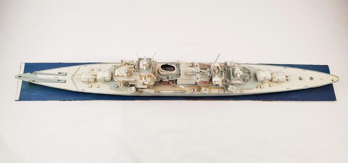 Modell av krysseren Blücher. Modellen er laget i pappir og limt fast til en plate.