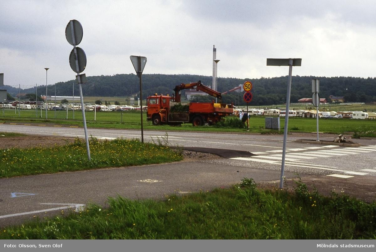 En kranbil lastar lite ogräs vid Idrottsvägen i Mölndal, år 1988.