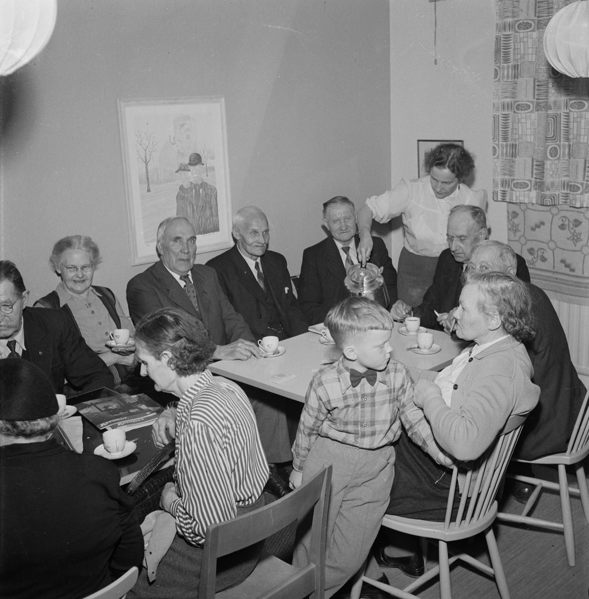 Pensionärer i Sala backe, Uppsala, maj 1955