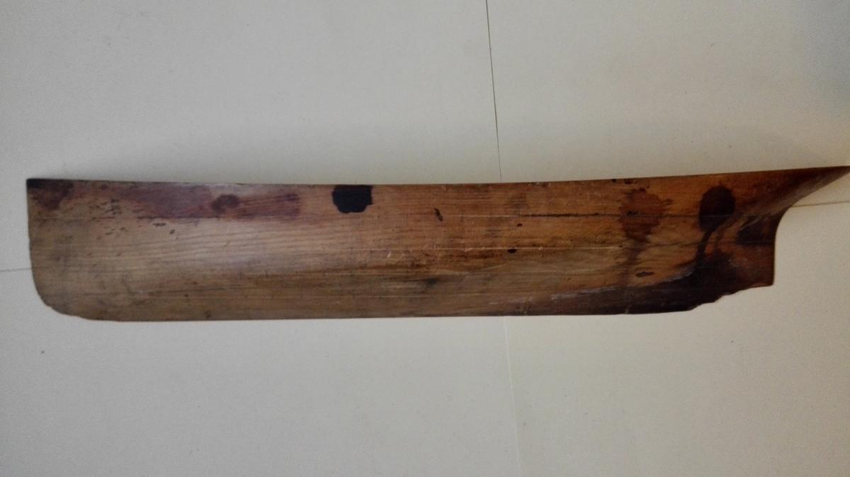 Halvmodell (babord side) av ukjend båt. Spant er teikna inn med blyant og mummerert.