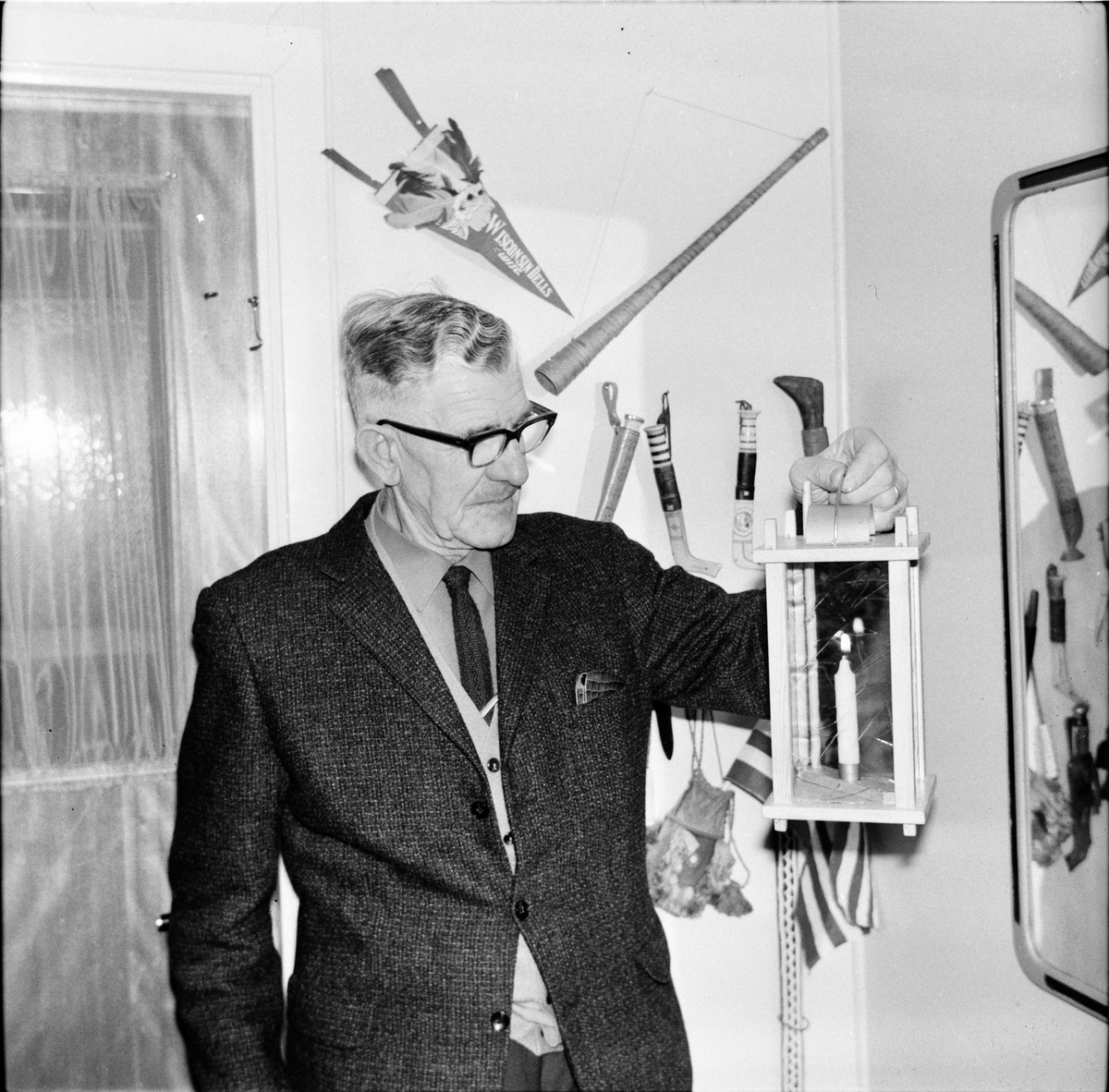 Arbrå, Johan Asplin med stallykta, 23 December 1967