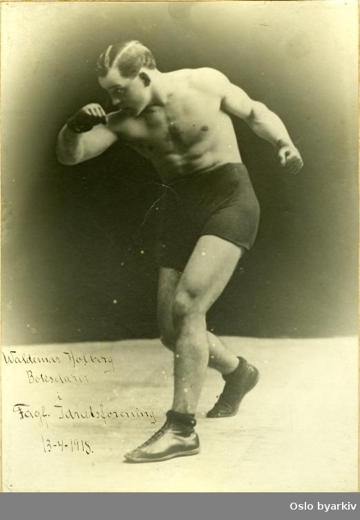 Portrett av den danske bokseren Waldemar Birger Holberg (1883-1947). Han tilbrakte året 1918 i Norge.Holberg var en profesjonell bokser. Han hadde vunnet VM-tittelen i weltervekt 1. januar 1914 mot Ray Bronson i Australia, for så å tape den 23 dager senere til Tom McCormick ved diskvalifikasjon.