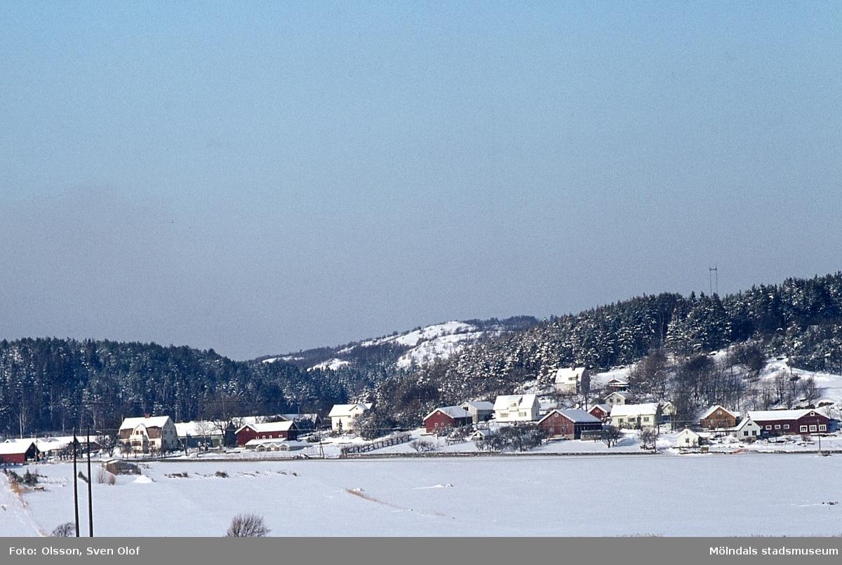 Vinterbild över del av Fässbergs by i Mölndal, år 1970. F 3:5.