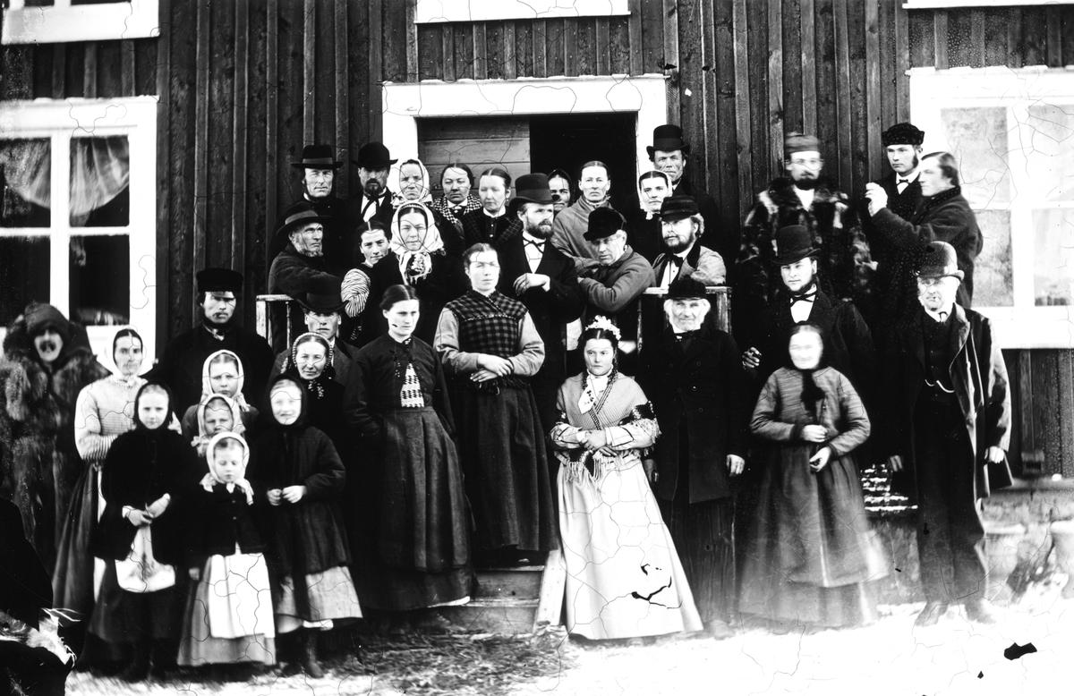 En fest i samband med fotograf Forsbäcks andra bröllop 1876.