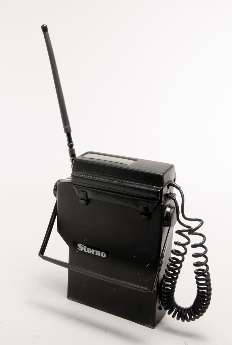 Mobiltelefon, bärbar i hållare med ackumulator.  Hörtelefon med kontrollpanel, märkt typ 08-6116. Batterilåda typ BU6003 med 13,2 V 4 Ah NiCd-batteri Antenn Procom AN6661