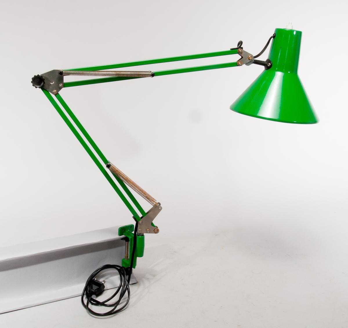 Kontorslampa med skruvklämma för montage på skrivbordsskiva.