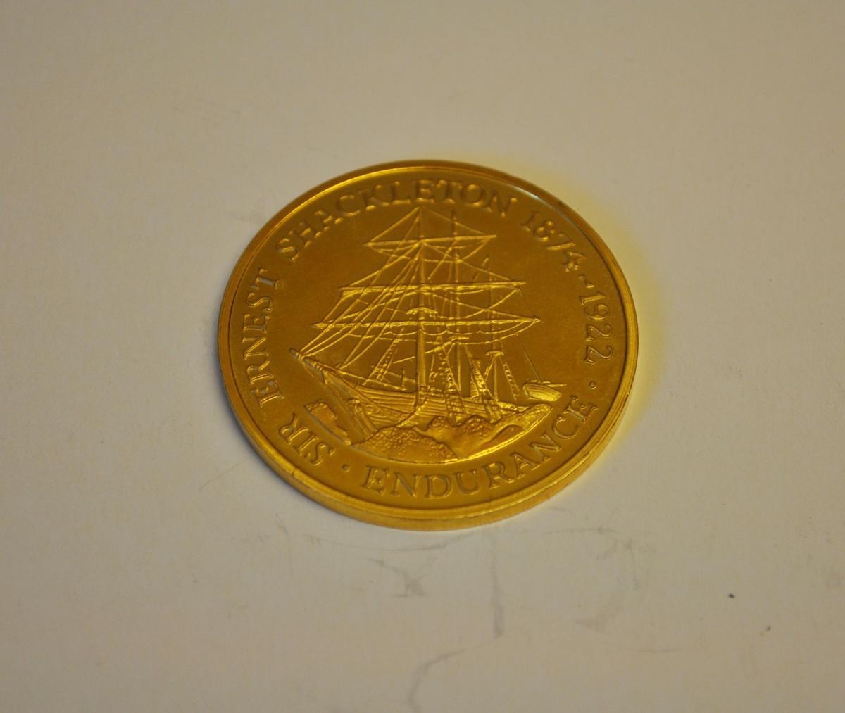 """Minnesmynt över """"Robert Falcon Scott 1868-1912 Terra Nova"""" respektive """"Sir Ernest Shackleton 1874-1922 Endurance"""" på vardera sidan."""