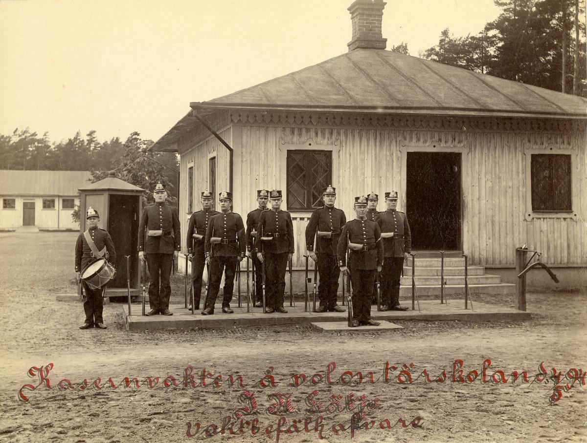 Grupporträtt av kasernvakten från volontärskolan vid Västgöta regemente I 6 den 4 maj 1894.